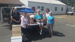 Megan Brandsma, Donna Johnston, Linda Shelk, Fran Willis and Claudia Naibert unloading books.